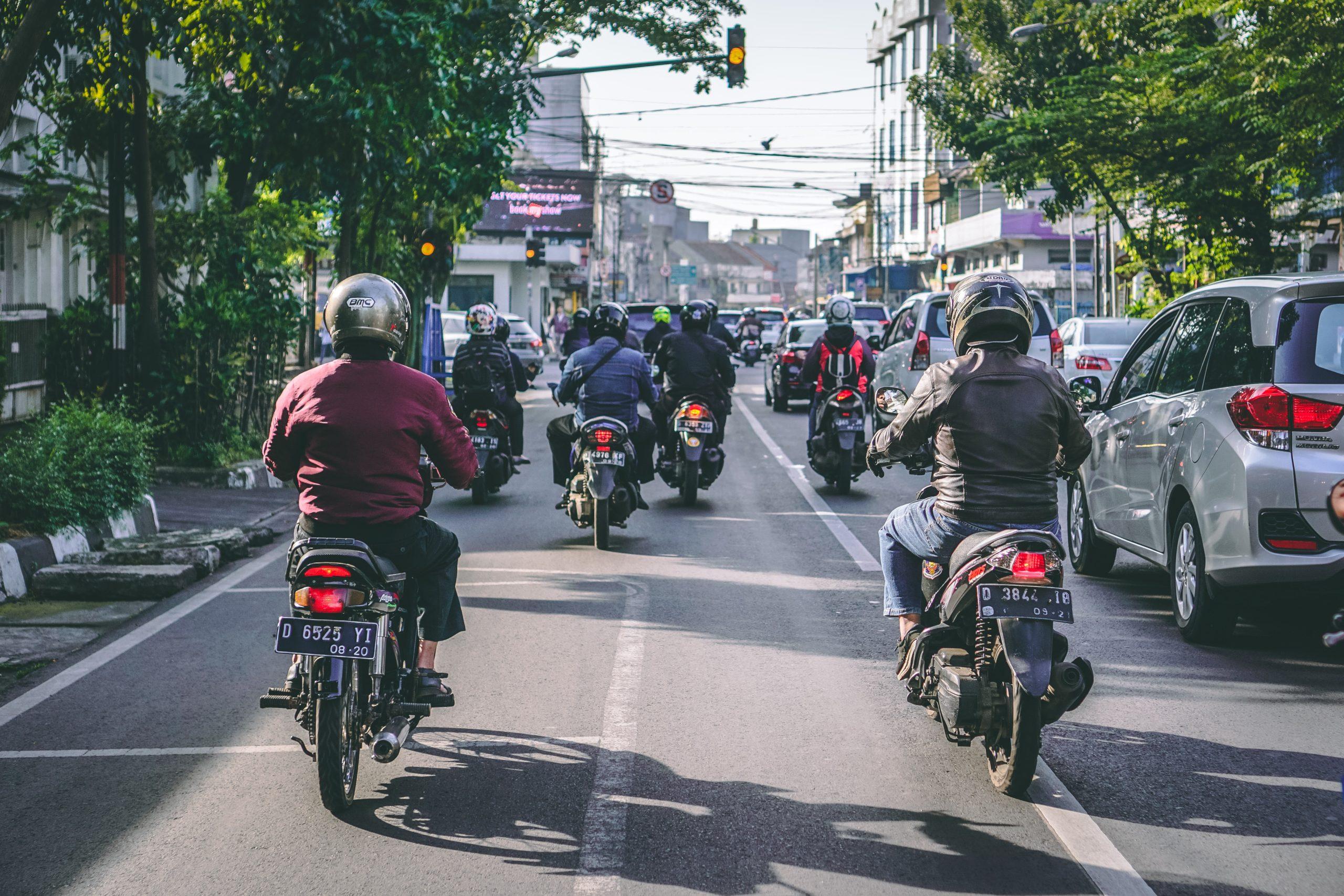 インドネシアの街を走るオートバイ